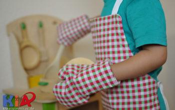 Eine Wendekinderschürze mit passenden Backhandschuhen nähen